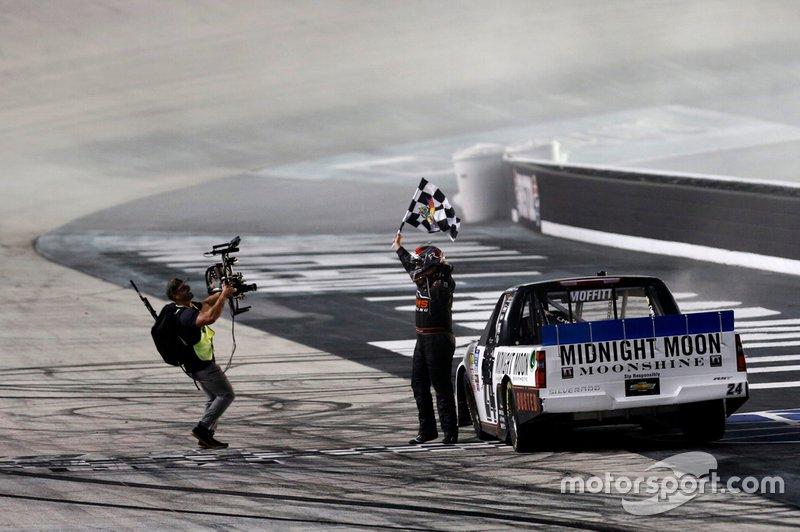 Ganador Brett Moffitt, GMS Racing, Chevrolet Silverado Midnight Moon Moonshine