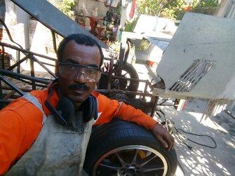 Manoel Luiz ao lado do carro sendo construído