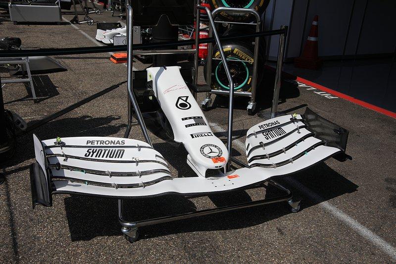 L'aileron avant de la Mercedes AMG F1 W10 avec la nouvelle livrée