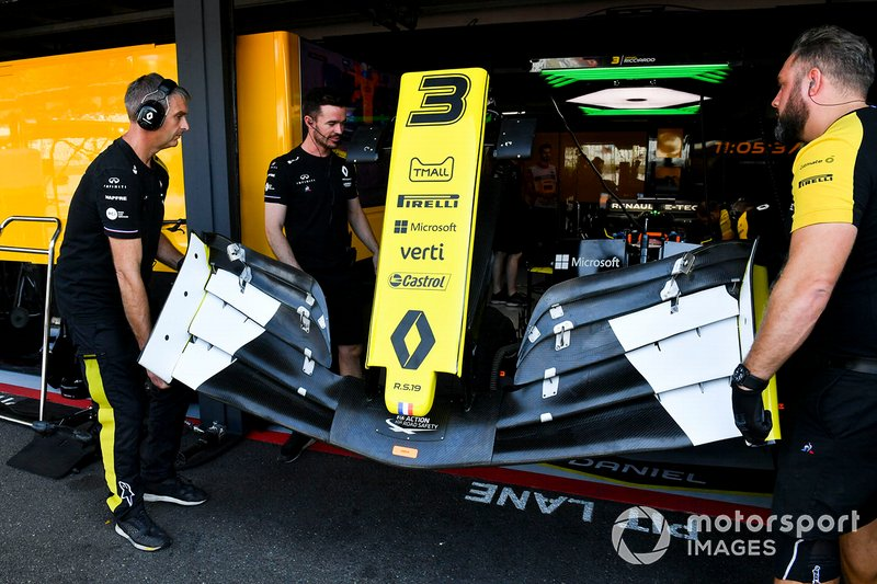 Mechanics with a front wing for Daniel Ricciardo, Renault F1 Team R.S.19