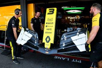 Les mécaniciens avec un aileron avant de Daniel Ricciardo, Renault F1 Team R.S.19