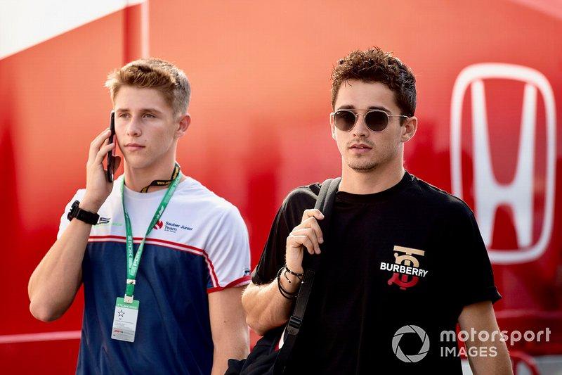 Charles Leclerc, Ferrari con su hermano Arthur Leclerc en el paddock