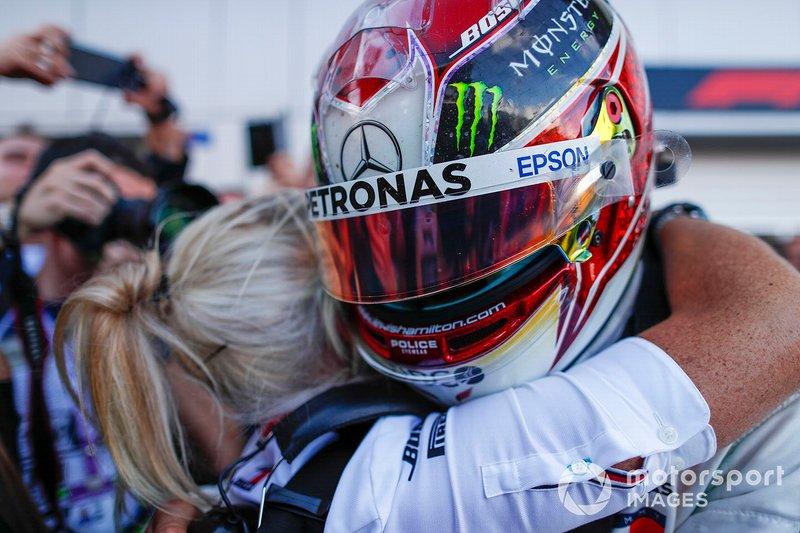 Ganador de la carrera Lewis Hamilton, Mercedes AMG F1, celebra en parc ferme