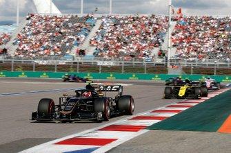 Кевин Магнуссен, Haas F1 Team VF-19, и Нико Хюлькенберг, Renault Sport F1 Team R.S.19