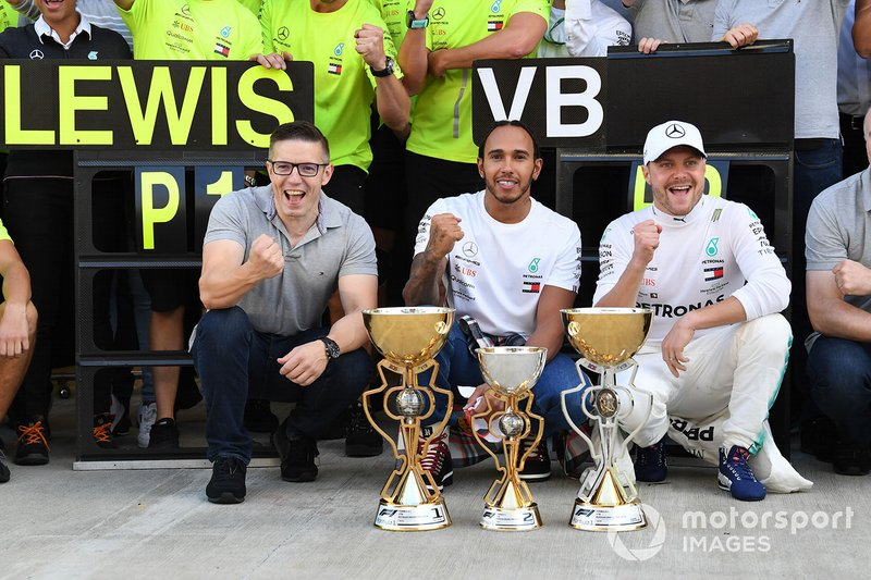 Valtteri Bottas, Mercedes AMG F1, secondo classificato, e Lewis Hamilton, Mercedes AMG F1, primo classificato, festeggiano con il team