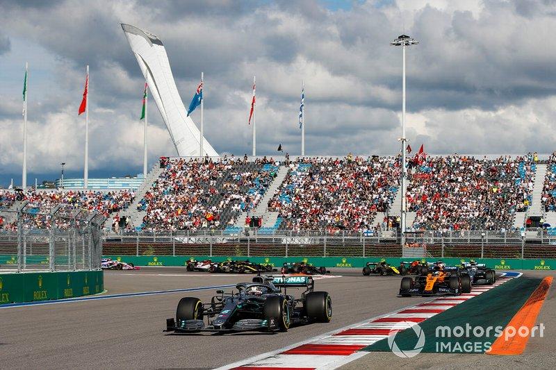 Lewis Hamilton, Mercedes AMG F1 W10, precede Carlos Sainz Jr., McLaren MCL34, Valtteri Bottas, Mercedes AMG W10, Lando Norris, McLaren MCL34, e il resto delle auto all'inizio della gara