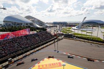 Carlos Sainz Jr., McLaren MCL34, voor Valtteri Bottas, Mercedes AMG W10, Lando Norris, McLaren MCL34, Sergio Perez, Racing Point RP19, en Max Verstappen, Red Bull Racing RB15