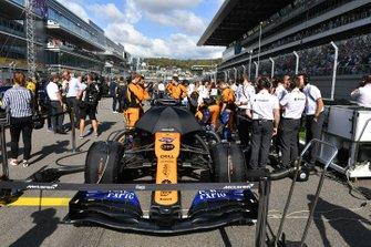 Carlos Sainz Jr., McLaren MCL34, on the grid