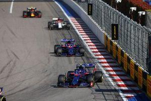 Pierre Gasly, Toro Rosso STR14, leads Daniil Kvyat, Toro Rosso STR14, Kimi Raikkonen, Alfa Romeo Racing C38, and Alex Albon, Red Bull RB15