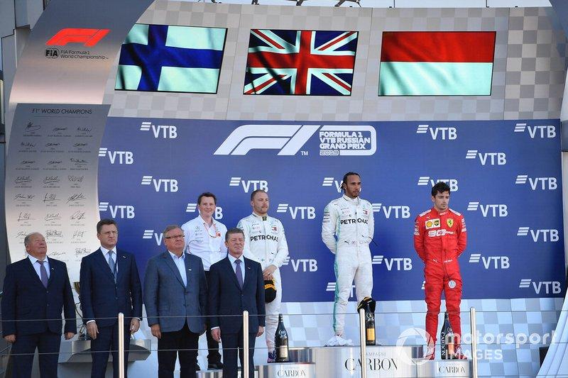 Fred Judd, Ingeniero Jefe de pista, Mercedes, Valtteri Bottas, Mercedes AMG F1, 2ª posición, Lewis Hamilton, Mercedes AMG F1, 1ª posición, y Charles Leclerc, Ferrari, 3ª posición, en el podio.