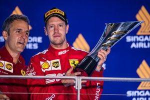 Iñaki Rueda, chef de la stratégie Ferrari, et le vainqueur Sebastian Vettel, Ferrari, sur le podium
