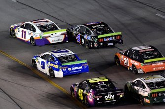 Denny Hamlin, Joe Gibbs Racing, Toyota Camry FedEx Office and Kevin Harvick, Stewart-Haas Racing, Ford Mustang Mobil 1