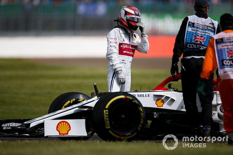 Kimi Raikkonen, Alfa Romeo Racing C38, sufre un problema de fiabilidad en su coche