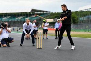 Romain Grosjean, Haas F1 plays cricket