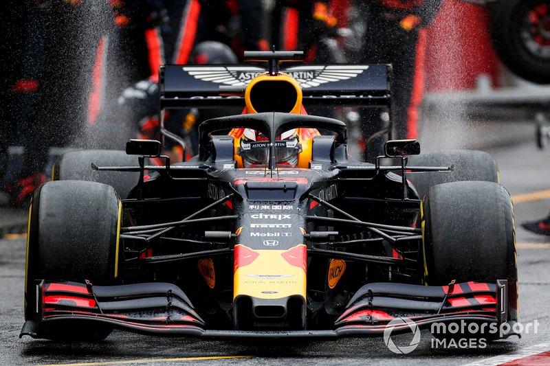 Como otros muchos pilotos, Verstappen también cambió neumáticos y puso medios, pero tras salir de boxes trompeó y volvió para montar intermedios