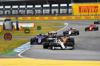 Lewis Hamilton, Mercedes AMG F1 W10, precede Carlos Sainz Jr., McLaren MCL34, e Alexander Albon, Toro Rosso STR14