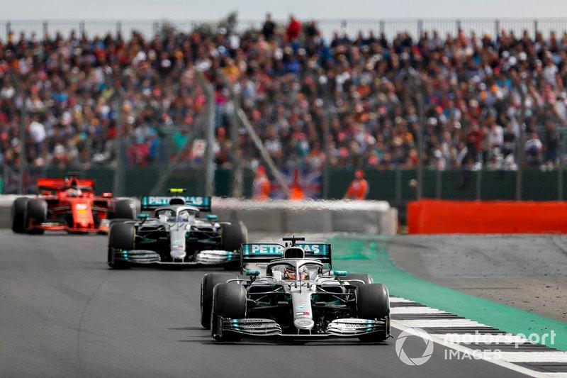 Lewis Hamilton, Mercedes AMG F1 W10, precede Valtteri Bottas, Mercedes AMG W10, e Sebastian Vettel, Ferrari SF90