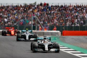 Lewis Hamilton, Mercedes AMG F1 W10, devant Valtteri Bottas, Mercedes AMG W10, et Sebastian Vettel, Ferrari SF90
