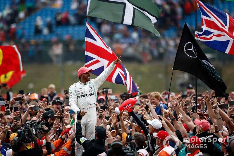 Lewis Hamilton, Mercedes AMG F1, 1° classificato, festeggia con i tifosi