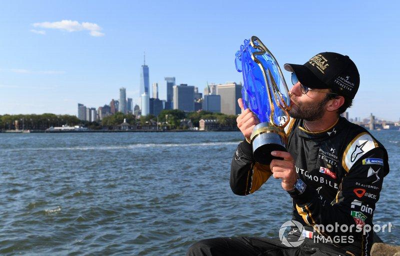 Campeón Fórmula E 2018/2019 Jean-Eric Vergne, DS TECHEETAH, con el trofeo