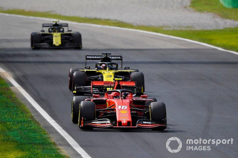Charles Leclerc, Ferrari SF90, precede Daniel Ricciardo, Renault F1 Team R.S.19, e Nico Hulkenberg, Renault F1 Team R.S. 19