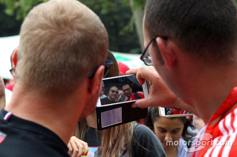 Valtteri Bottas, Mercedes AMG F1 prend un selfie avec un fan