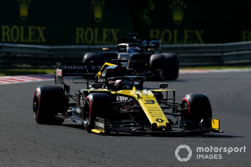 Daniel Ricciardo, Renault F1 Team R.S.19, leads Romain Grosjean, Haas F1 Team VF-19
