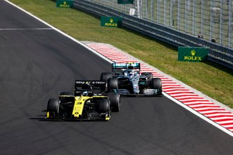 Daniel Ricciardo, Renault F1 Team R.S.19, voor Valtteri Bottas, Mercedes AMG W10