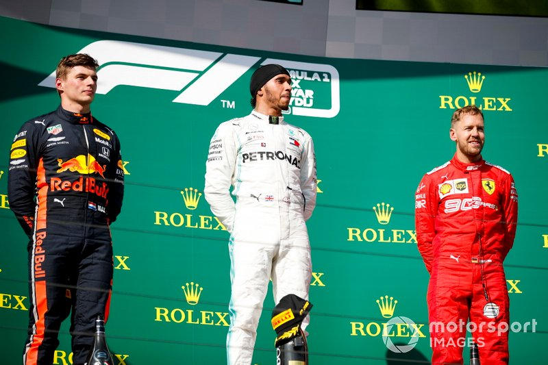 Il secondo classificato Max Verstappen, Red Bull Racing, il primo classificato Lewis Hamilton, Mercedes AMG F1, e il terzo classificato Sebastian Vettel, Ferrari, sul podio