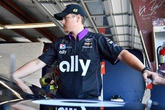 Jimmie Johnson, Hendrick Motorsports, Chevrolet Camaro Ally Thomas Heslink underneath mechanic