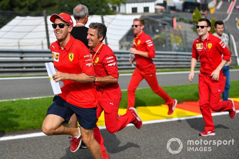 Себастьян Феттель с сотрудниками команды Ferrari изучают трассу