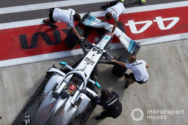Lewis Hamilton, Mercedes AMG F1 W10, torna in garage