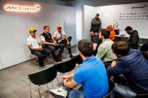 Carlos Sainz Jr., McLaren, Andreas Seidl, Team Principal, McLaren, et Lando Norris, McLaren, lors d'une conférence de presse
