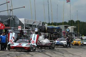 Cars on pit lane await Qualifying