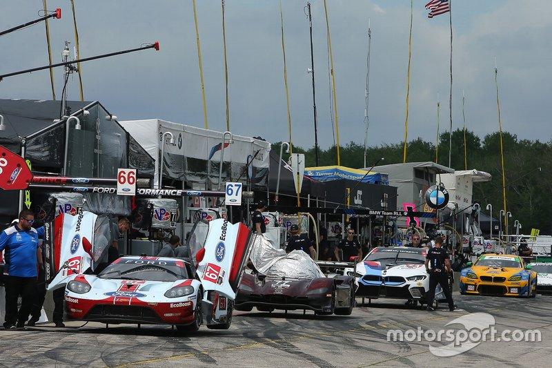 Los coches en el pit lane esperan la calificación