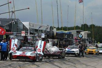Cars on pit lane await Qualifying