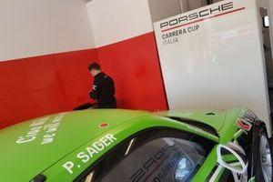 Dettaglio della Porsche di Philipp Sager, Dinamic Motorsport, nel garage