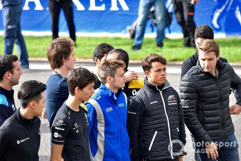 Nyck De Vries, ART Grand Prix, Jordan King, MP Motorsport con Louis Deletraz, Carlin, Jack Aitken, Renault R.S. 19, Guanyu Zhou, UNI Virtuosi Racing y Luca Ghiotto, UNI Virtuosi Racing durante el acto conmemorativo de Anthoine Hubert