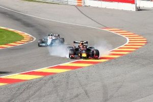 Kimi Raikkonen, Alfa Romeo Racing C38, leads a damaged Max Verstappen, Red Bull Racing RB15