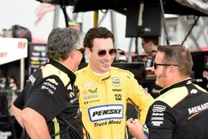 Simon Pagenaud, Team Penske Chevrolet shares a laugh with his crew