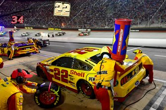 Joey Logano, Team Penske, Ford Mustang Shell Pennzoil makes a pit stop