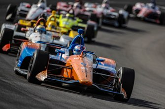 Scott Dixon, Chip Ganassi Racing Honda leads the field around for a restart