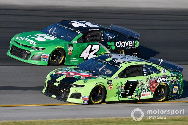 Chase Elliott, Hendrick Motorsports, Chevrolet Camaro DEWnited States and Kyle Larson, Chip Ganassi Racing, Chevrolet Camaro Clover