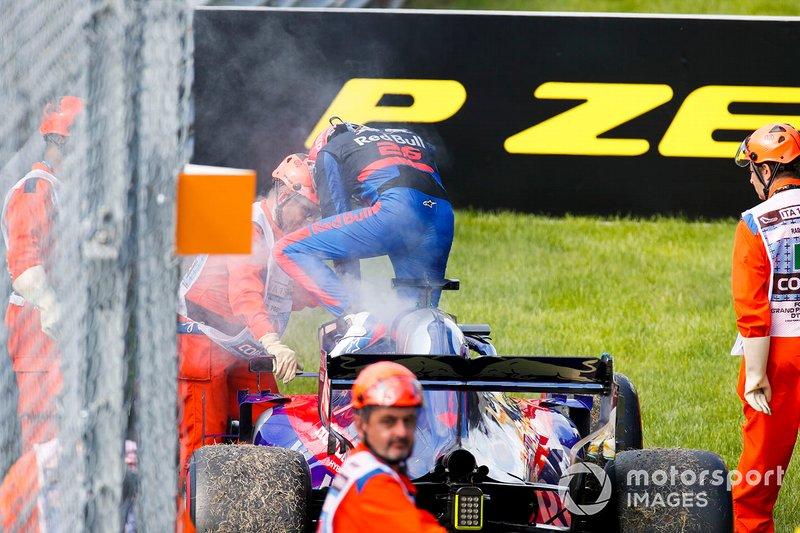 Daniil Kvyat, Toro Rosso STR14 se retira de la carrera