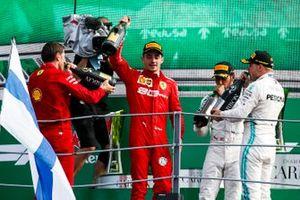 Le vainqueur Charles Leclerc, Ferrari, le troisième, Lewis Hamilton, Mercedes AMG F1, et le deuxième, Valtteri Bottas, Mercedes AMG F1, sur le podium