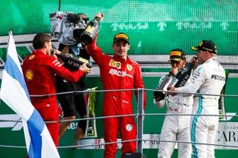 Charles Leclerc, Ferrari, primo classificato, Lewis Hamilton, Mercedes AMG F1, terzo classificato, e Valtteri Bottas, Mercedes AMG F1, secondo classificato festeggiano sul podio