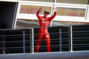 Le vainqueur Charles Leclerc, Ferrari, arrive sur le podium