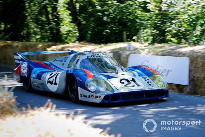 Un Martini Racing Porsche 917 Langheck de 1971, que fue pilotado por Gerard Larrousse, y Vic Elford