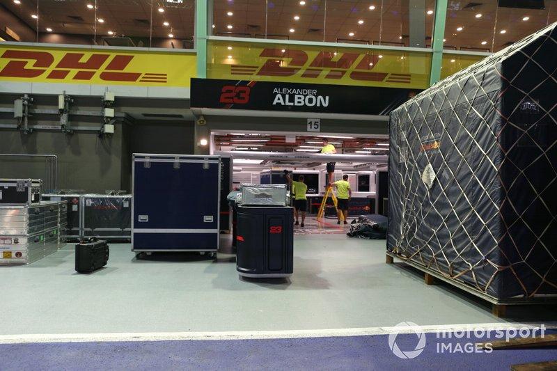 Casse Red Bull Racing davanti al garage di Alexander Albon
