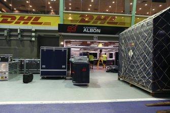 Vracht arriveert bij de Red Bull Racing garage van Alexander Albon